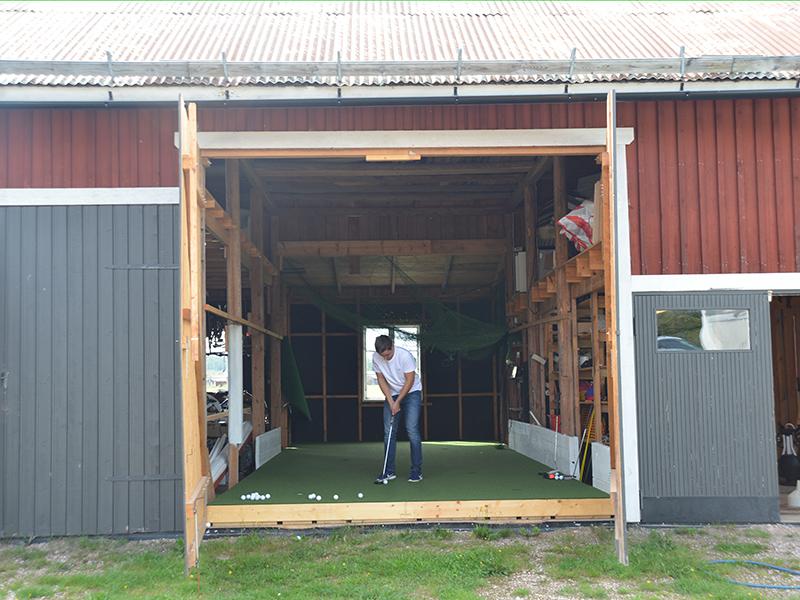 Benjamin tränar puttning i garaget