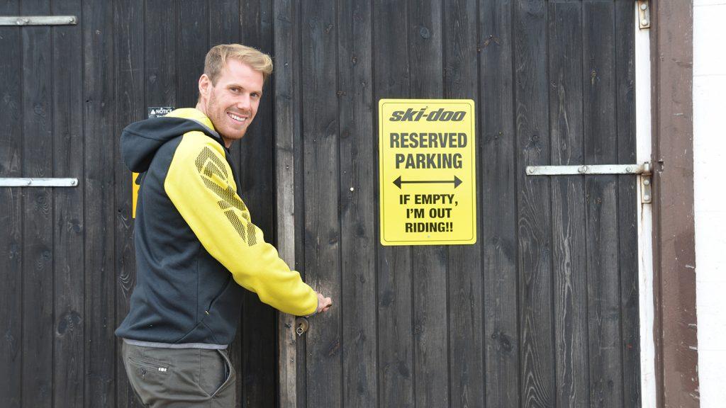 Adam utanför garaget
