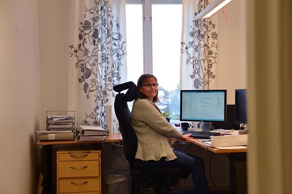 Pia vid skrivbordet