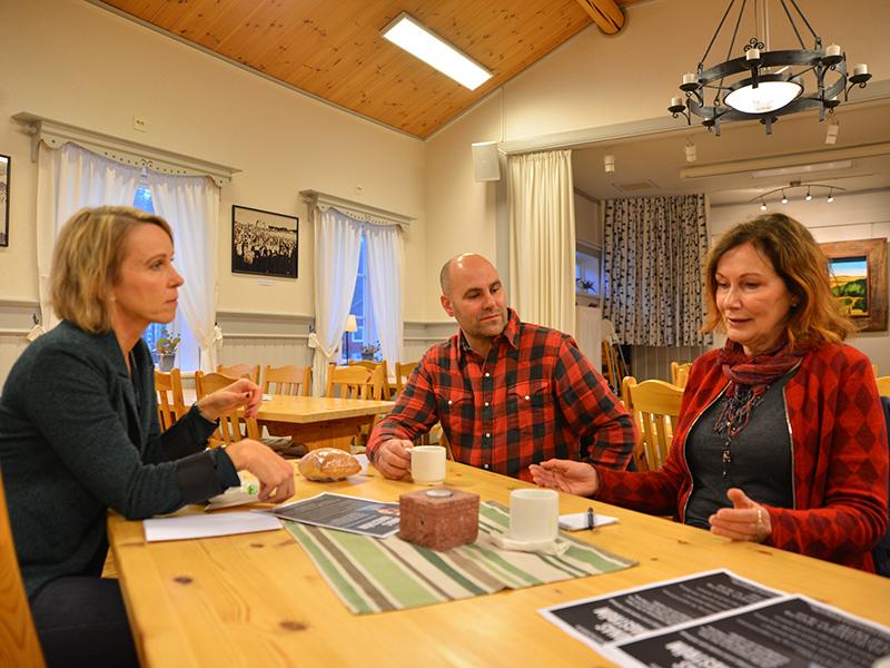 Agneta, Anna och Martin diskuterar webbplats