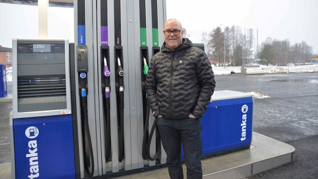 Andreas vid nya pumpen