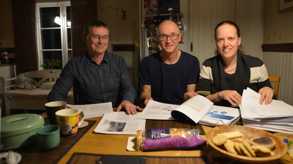 Sven, Tomas och Karin vid köksbordet