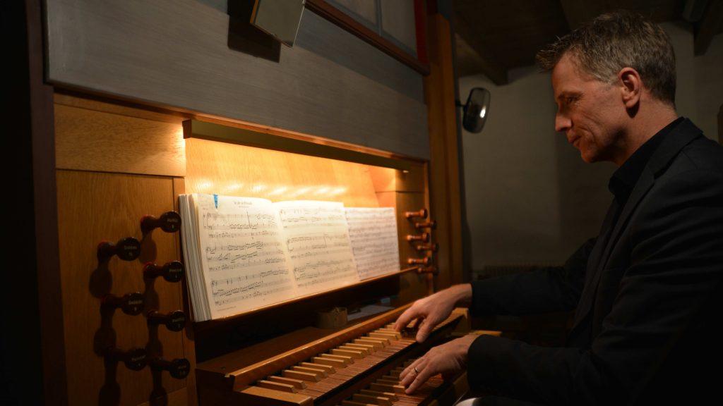Jan Haars vid orgeln i Malungsfors Kapell